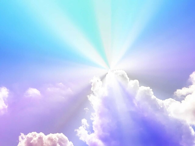 雲の切れ目から陽が差す