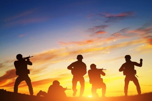進行中の兵士、軍隊