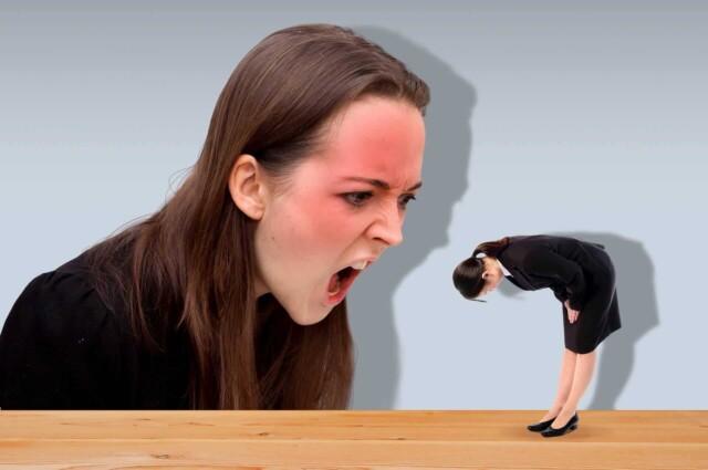 クレーマーに謝罪をする女性社員