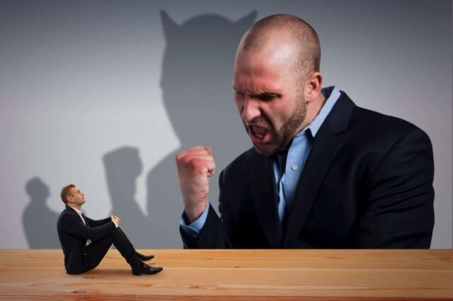クレーマーの怒りに翻弄されるビジネスマン