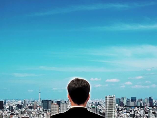 遠くを見ているビジネスマン