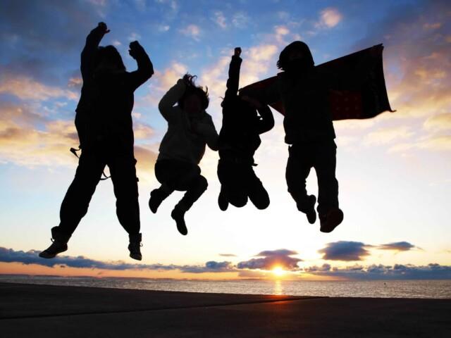 飛び上がっている男女