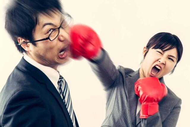 パワハラをした上司を殴る女性社員