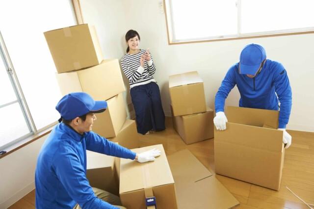 引っ越しの作業をする引っ越し会社の作業員