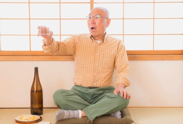 お酒を飲んで酔っ払った爺