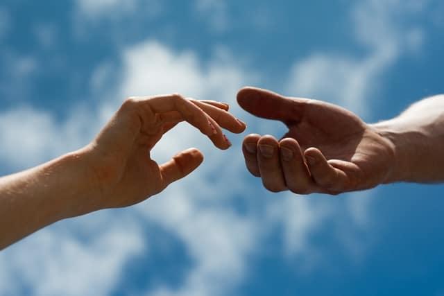 先輩が後輩に手を差し伸べる