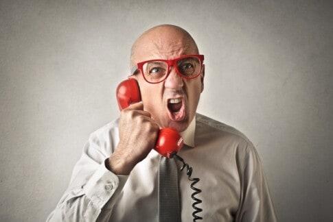 クレームの電話をするジジイ