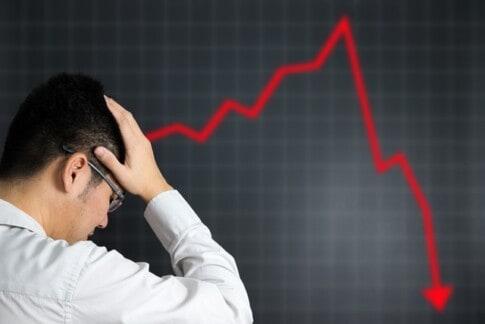 会社の業績悪化で頭を抱える経営者