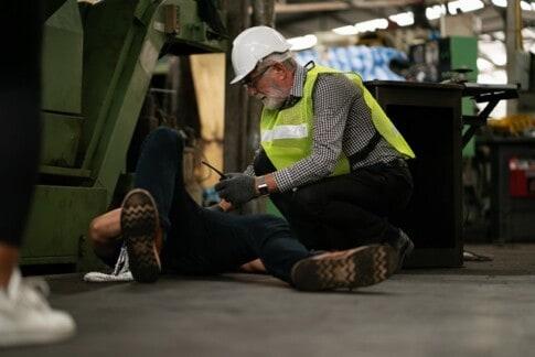 倉庫、職場、勤務時間中に事故が発生