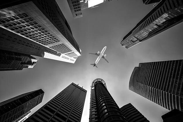 都心の上空を飛行する航空機