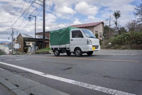 坂道を走る軽トラック