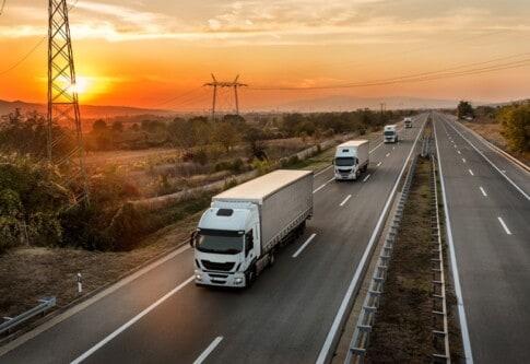 夕焼け空の下を疾走する大型トラック