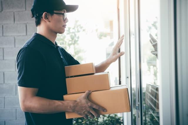 宅配をするアマゾンの配達員