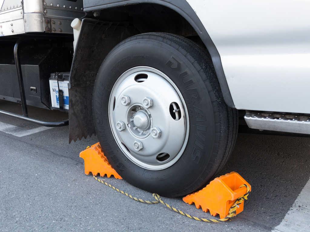 トラックの輪留め