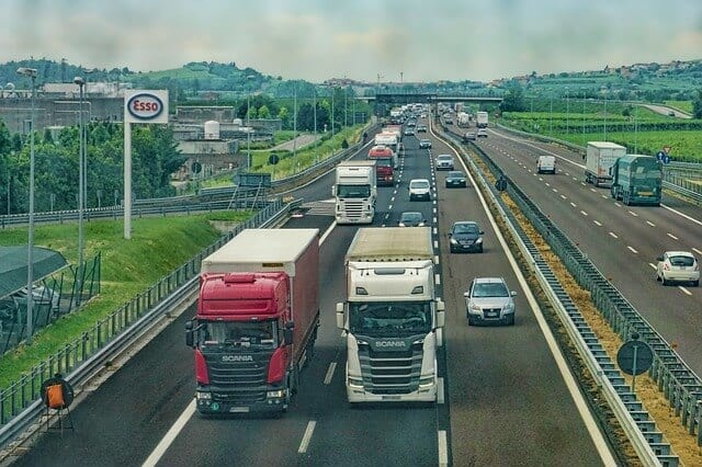高速道路を疾走する大型トラック