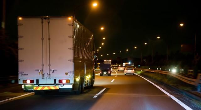 夜間配送で走るトラック