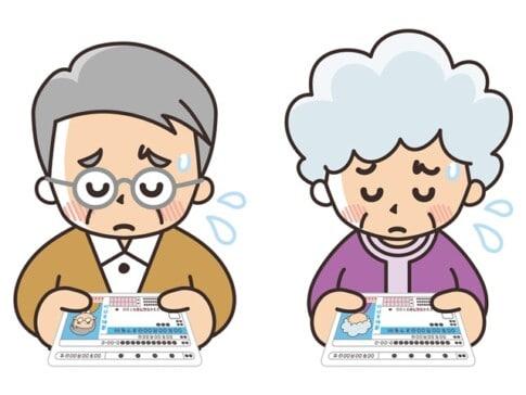 運転免許証を自主返納する高齢夫婦