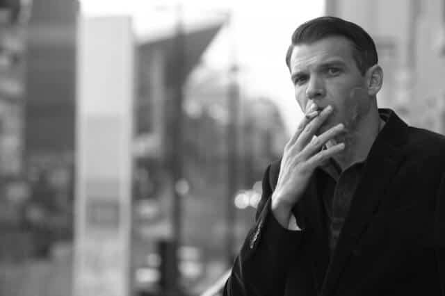 喫煙をするビジネスマン