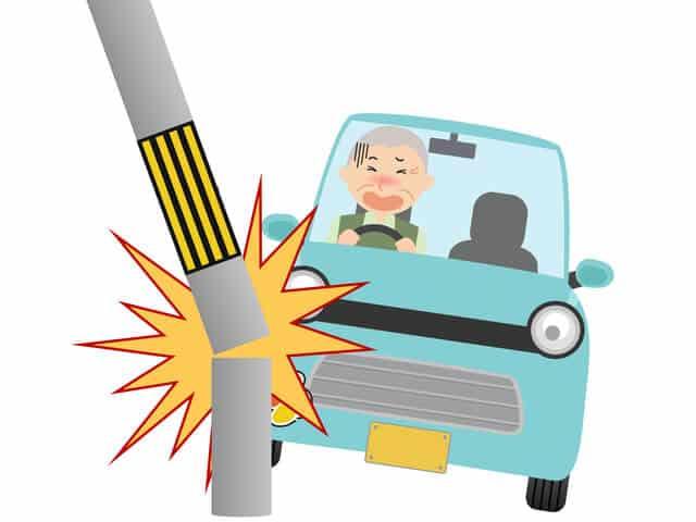 高齢者のドライバーが交通事故を起こす様子