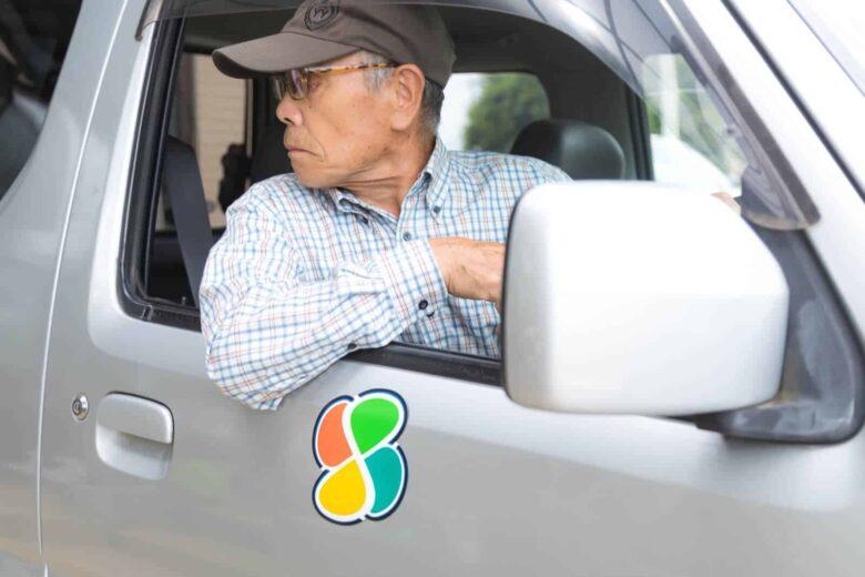 運転席のドアを開閉しようとする男性