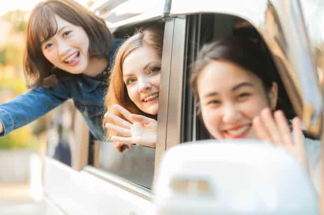 相乗りとカーシェアリングをする女性