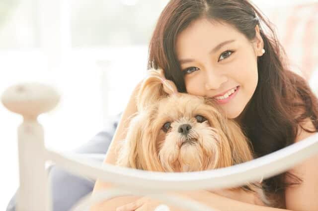 ペットを飼う女性