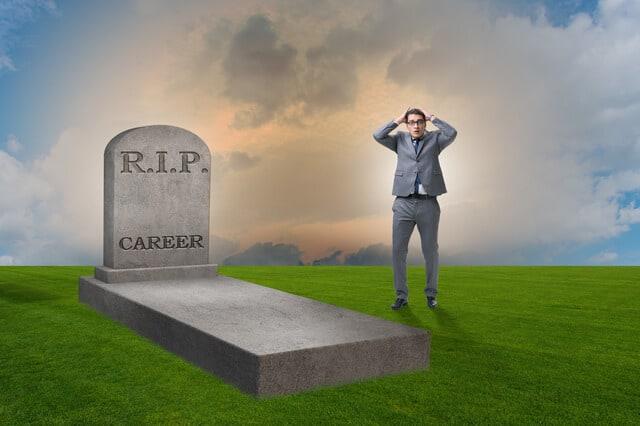 失敗したキャリアを悼むビジネスマンの従業員