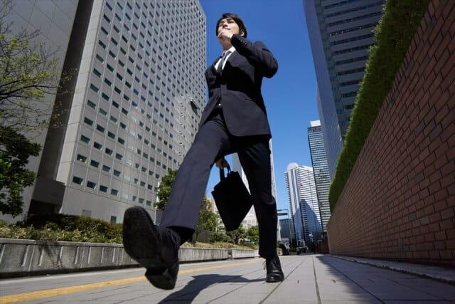 転職先を探すビジネスマン