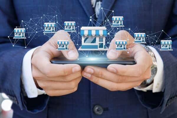 モバイルでフランチャイズシステムを示すビジネスマン