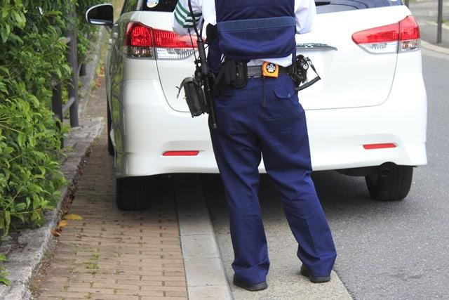 警察官による駐車違反の取り締まり