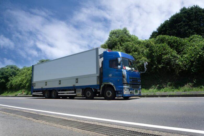 幹線道路を疾走する大型トラック