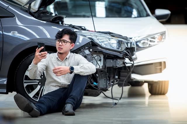 ペーパードライバーが交通事故を起こしてスマートフォンで助けを求める