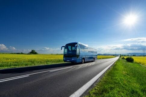 自動運転バスが田舎道を走る