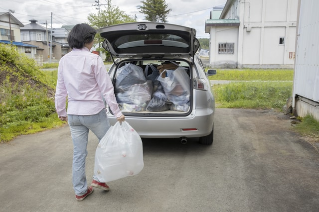 路上で荷物を積む人