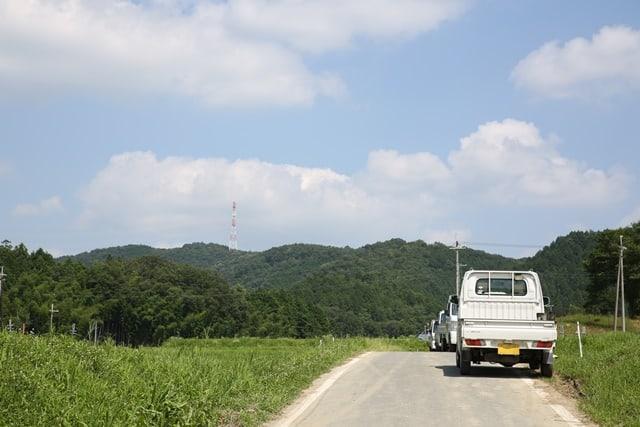 農道に停まっている軽貨物トラック