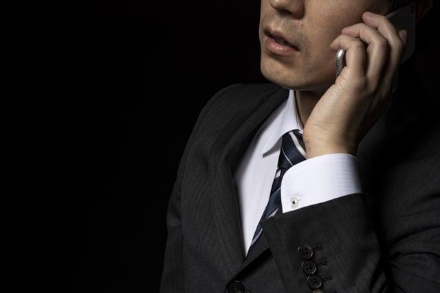 スマートフォンでクレームの電話を掛けるクレーマー