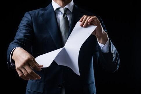 会社から契約の解除をされるビジネスマン